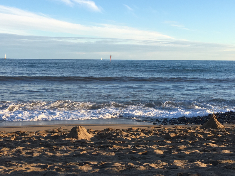 Spätsommertag am Strand in Barcelona